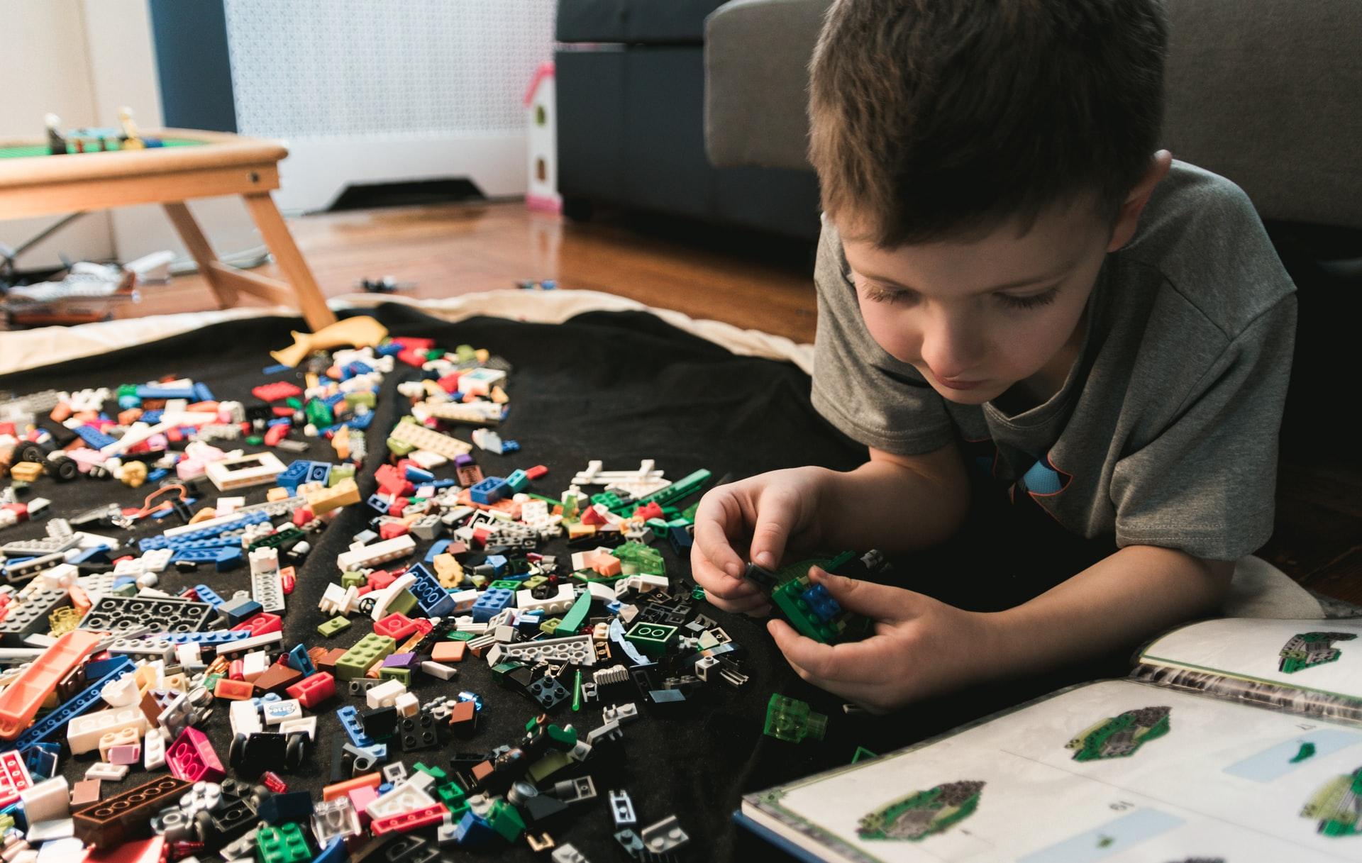 Copil se joacă cu LEGO